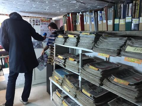 """Afbeelding voor fragment: Krantenverzamelaar Harry: """"Als de papieren krant verdwijnt, organiseer ik een witte mars"""""""