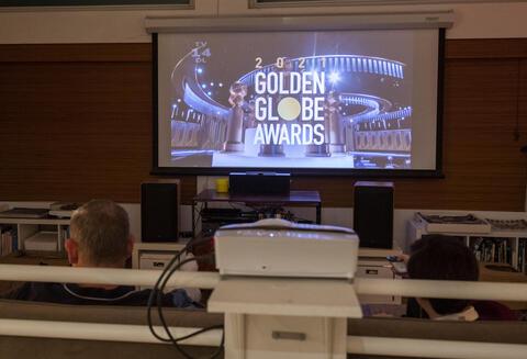 Afbeelding voor fragment: 'Nomadland' en 'The Crown' winnaars op Globes, beste miniserie is 'The Queen's Gambit'