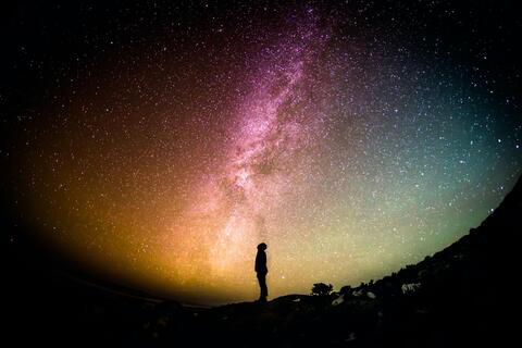 """Afbeelding voor fragment: Geerdt Magiels: """"Sommige moleculen die wij nu ruiken bestonden al lang voor de aarde is ontstaan"""""""