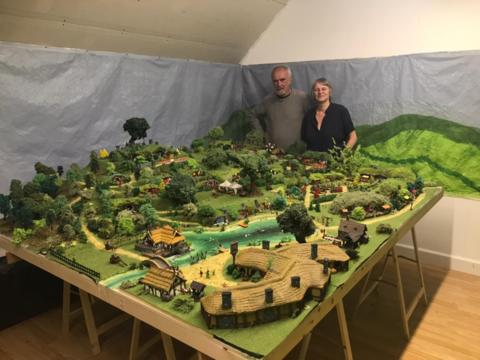 Afbeelding voor fragment: Lockdownproject in Zwalm: koppel bouwt het Hobbitdorp na op zolder