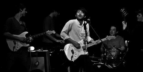 """Afbeelding voor fragment: Band van overleden Jing Wei brengt EP uit: """"Zijn muziek opnieuw horen voelt alsof hij er nog is."""""""